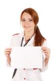 Vrouwelijke arts die een lege kaart houdt Stock Foto's