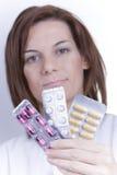Vrouwelijke arts die een stapel pillen houdt Royalty-vrije Stock Fotografie