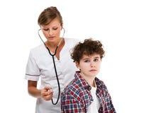Arts die die jongen onderzoeken op witte achtergrond wordt geïsoleerd stock foto's