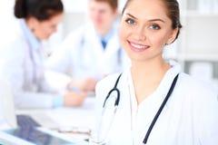 Vrouwelijke arts die met medisch personeel bij het ziekenhuis werken Groepswerk in geneeskunde stock foto