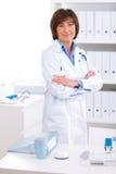 Vrouwelijke arts die op kantoor werkt stock afbeeldingen