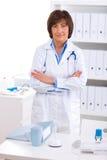 Vrouwelijke arts die op kantoor werkt royalty-vrije stock afbeelding