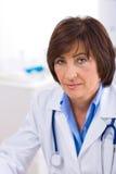 Vrouwelijke arts die op kantoor werkt royalty-vrije stock foto