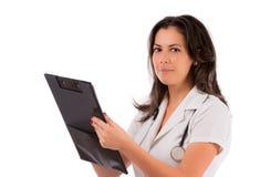 Vrouwelijke arts die op klembord schrijft, dat op wh wordt geïsoleerde Stock Foto