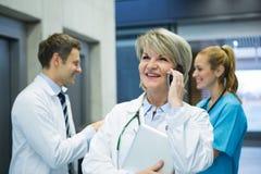 Vrouwelijke arts die op mobiele telefoon spreken Royalty-vrije Stock Afbeelding