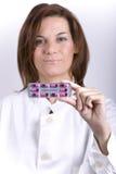 Vrouwelijke arts die pillen toont Royalty-vrije Stock Afbeeldingen