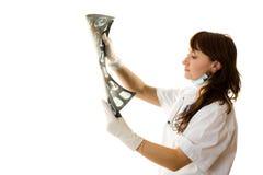 Vrouwelijke arts die röntgenstraal bekijkt Stock Fotografie