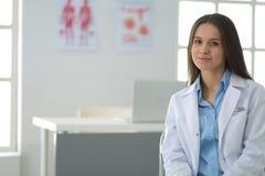 Vrouwelijke arts die tabletcomputer in het ziekenhuishal met behulp van Stock Afbeelding