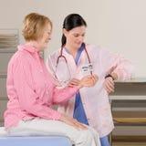 Vrouwelijke arts die womans impuls controleert tijdens controle Royalty-vrije Stock Fotografie