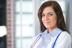 Vrouwelijke arts in een modern bureau Stock Afbeelding