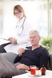 Vrouwelijke arts en hogere patiënt Royalty-vrije Stock Foto's