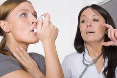 Vrouwelijke arts en jonge vrouwenpatiënt stock foto's