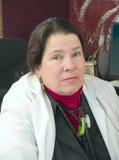Vrouwelijke arts in haar bureau Stock Foto's