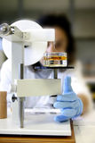 Vrouwelijke arts in laboratorium Stock Afbeeldingen