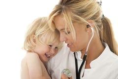 Vrouwelijke arts met cild stock fotografie