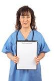 Vrouwelijke arts met een klembord Royalty-vrije Stock Foto's
