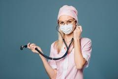 Vrouwelijke arts met glazen met stethoscoop Royalty-vrije Stock Fotografie