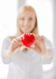 Vrouwelijke arts met hart Stock Foto's