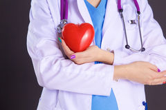 Vrouwelijke arts met het hart van de stethoscoopholding Royalty-vrije Stock Foto