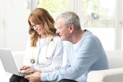 Vrouwelijke arts met hogere patiënt Royalty-vrije Stock Foto's