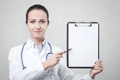 Vrouwelijke arts met klembord Stock Foto's