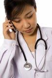 Vrouwelijke Arts met Mobiele Telefoon Stock Afbeelding