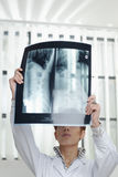 Vrouwelijke arts met röntgenfoto Stock Afbeelding