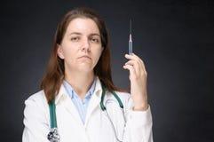 Vrouwelijke Arts met Spuit Stock Afbeeldingen