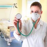 Vrouwelijke arts met stethoscoop Stock Afbeeldingen