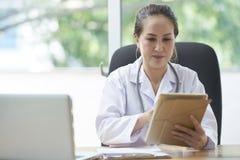 Vrouwelijke arts met tablet stock foto's