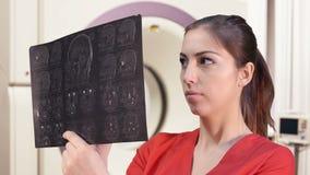 Vrouwelijke arts met tomogram stock video