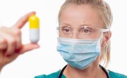 Vrouwelijke arts, verpleegster die een pil houden Royalty-vrije Stock Fotografie