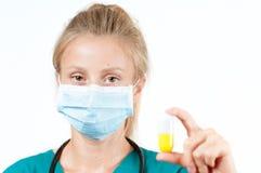 Vrouwelijke arts, verpleegster die een pil houden Royalty-vrije Stock Foto