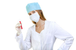 Vrouwelijke Arts of Verpleegster die met bloed in een reageerbuis werken royalty-vrije stock afbeelding