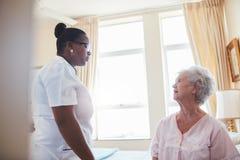 Vrouwelijke artsen bezoekende patiënt voor routinecontrole Royalty-vrije Stock Foto