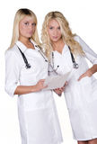 Vrouwelijke artsen die rapporten bespreken Stock Foto's