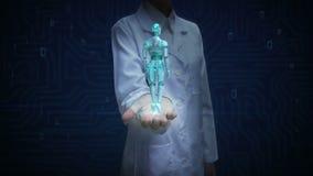 Vrouwelijke artsen open palm, het Roterende lichaam van de transparantie 3D robot cyborg Kunstmatige intelligentie Robottechnolog stock video