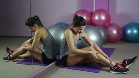 Vrouwelijke atleet die aan slechte pijn in been, sportblessure, ernstig gezondheidsprobleem lijden stock footage
