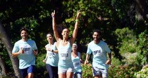 Vrouwelijke atleet die de marathonrace 4k winnen stock footage