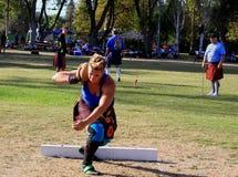 Vrouwelijke Atleet die de steen voorbereidingen treffen te werpen stock afbeelding