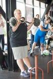 Vrouwelijke atleet die de strikte krul uitvoeren Stock Foto's