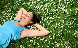 Vrouwelijke atleet die en op de lente rusten ontspannen Royalty-vrije Stock Afbeeldingen