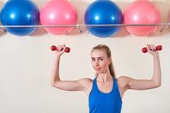 Vrouwelijke atleet die oefening met domoor doen De ruimte van het exemplaar Concept gezondheid en lichaamsverzorging stock afbeelding