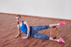 Vrouwelijke atleet die sportoefening doen Concept gezondheid en lichaamsverzorging royalty-vrije stock foto