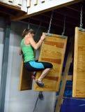 Vrouwelijke atleet die van één drijvende muur aan volgende overbrengen Stock Afbeeldingen