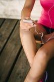 Vrouwelijke atleet messagin op smartphone Stock Fotografie