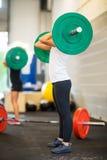 Vrouwelijke Atleet Picking Barbell Stock Afbeeldingen