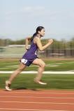 Vrouwelijke Atleet Running On Track Royalty-vrije Stock Foto's