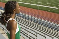 Vrouwelijke Atleet In Stadium Looking weg royalty-vrije stock afbeeldingen