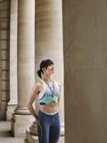 Vrouwelijke Atleet Wearing Gold Medal in Portiek Stock Foto's
